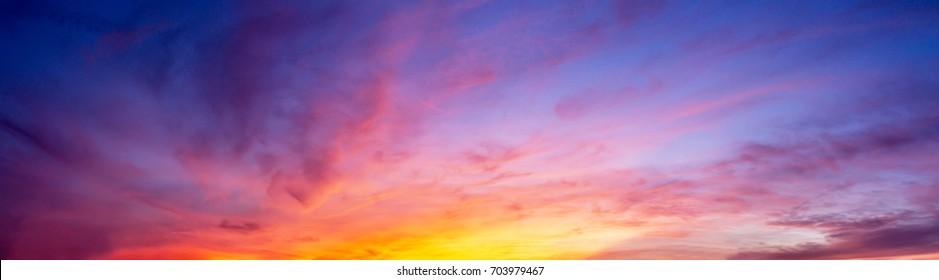 Magnífico panorama crepuscular cielo y nubes en la imagen de fondo de la mañana