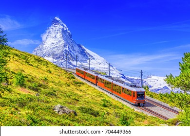 Zermatt, Suiza. Tren turístico Gornergrat con la montaña Matterhorn al fondo. Región de Valais.