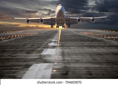 El avión de pasajeros despega de la pista del aeropuerto. El avión asciende hacia el cielo del atardecer.