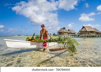 Einheimischer Tahitianer war Kanufahrer für die Lieferung von Lebensmitteln im Inselresort Tikehau in Französisch-Polynesien.