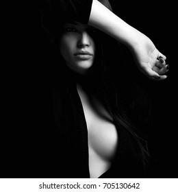 Retrato en blanco y negro de sexy girl.erotic hermosa mujer en la oscuridad