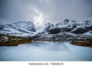 IJzig besneeuwd adembenemend landschap in Noord-Europa. Noorwegen