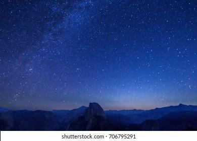 Milchstraße, Sterne und Galaxie am Nachthimmel mit Half Dome, Yosemite-Nationalpark, vom Gletscherpunkt genommen
