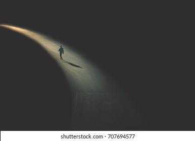 hombre caminando en la noche