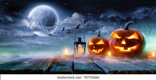 Linternas de Jack O 'brillando a la luz de la luna en la noche espeluznante - Escena de Halloween