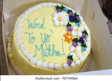 """Lustiger gelber Muttertagskuchen, der liest, """"Wort zu yo 'Mutha!"""" in blauem Zuckerguss"""