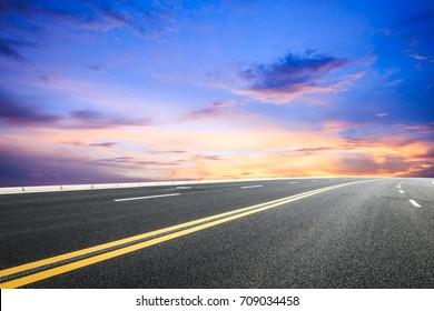 Nádherný oblak oblohy a asfaltová krajina