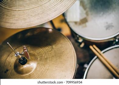 Nahaufnahme der auf dem Schlagzeug liegenden Trommelstöcke. Schlagzeugausrüstung