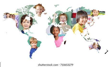 Mapa mundial multicultural con muchos niños diferentes como concepto de integración