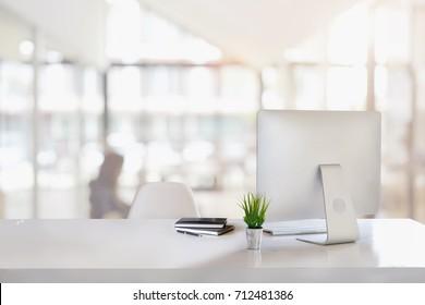 Elegante espacio de trabajo con computadora de escritorio, suministros de oficina, plantas de interior y libros en la oficina. concepto de trabajo de escritorio.