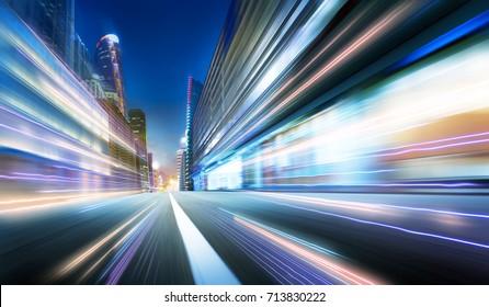 Vorwärtsbewegender Bewegungsunschärfehintergrund mit Lichtspuren, Nachtszene.