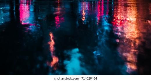 Luces y sombras de la ciudad de Nueva York. Imagen de enfoque suave de las calles de Nueva York después de la lluvia con reflejos sobre el asfalto mojado