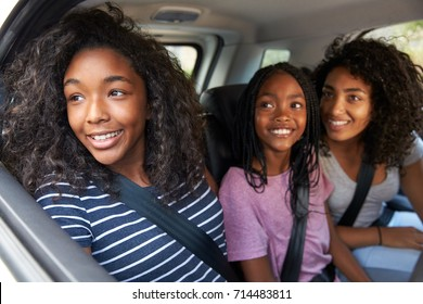 Familie mit jugendlichen Kindern im Auto auf Road Trip