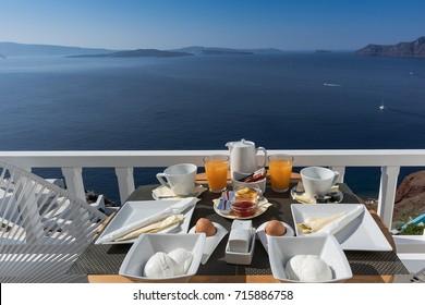 Frühstück auf der Hotelveranda in Santorini, Oia, Griechenland.