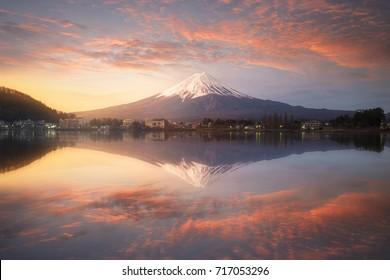 日の出の風景と水に反射する富士山、河口湖の富士山、日本