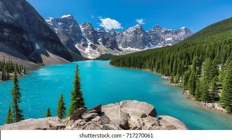 Hermosas aguas turquesas del lago Moraine con montañas rocosas cubiertas de nieve en el Parque Nacional Banff de Canadá.