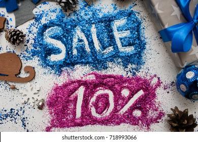 クリスマスと年末年始の販売、トップビューをクローズアップ。店の窓、ショッピングモール、広告の背景概念の10 pct割引の有益な碑文とカラフルな装飾