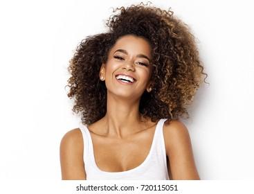 美麗的非洲裔美國女孩,具有非洲髮型微笑