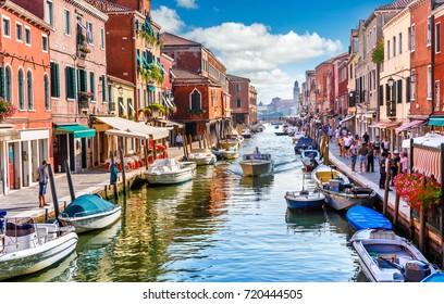 Insel Murano in Venedig Italien. Blick auf den Kanal mit Boot und Motorboot Wasser. Malerische Landschaft.
