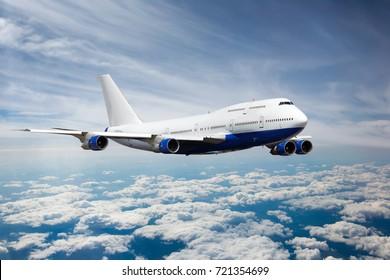 Avión de pasajeros en el cielo. El avión vuela muy por encima de las nubes.