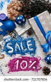 クリスマスと年末年始の売上、平面図が逆になります。店の窓、ショッピングモール、広告の背景概念の10 pct割引の有益な碑文とお祝いデコレーション