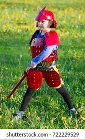 Un joven samurái en la reconstrucción de la batalla en el Festival de Cosplay.