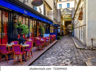 Vista típica de la calle parisina con mesas con mesas de café en París, Francia. Arquitectura y señal de París. Acogedor paisaje urbano de París
