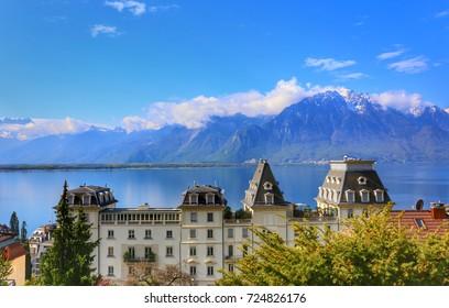 Vista de la casa de lujo de la Riviera suiza a lo largo del tren de la línea Golden Pass, Montreux, Suiza, con el lago de Ginebra y los Alpes de fondo