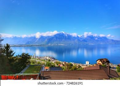 Vista de la Riviera suiza a lo largo del tren de la línea Golden Pass, Montreux, Suiza, con el lago de Ginebra y el fondo de la montaña de los Alpes