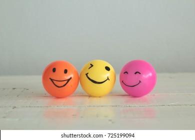 Smiley Face dibujada a mano en bolas amarillas, naranjas y rosas