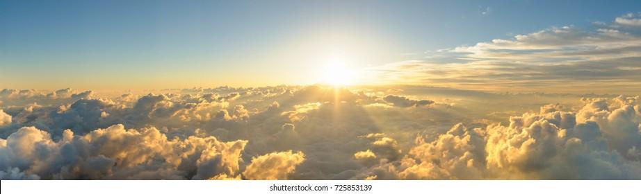 Panorama Sonnenaufgang von der Spitze des Berges Fuji. Die Sonne scheint stark vom Horizont über alle Wolken und unter den blauen Himmel. gutes neues Jahr neues Leben neuer Anfang. Abstrakter Naturhintergrund