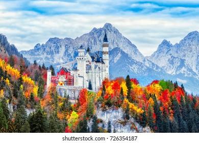 Castillo medieval de Neuschwanstein en Alemania, tierra de Baviera. Hermoso paisaje otoñal del antiguo castillo de Neuschwanstein rodeado de árboles coloridos, increíble escena de otoño estacional. Hito famoso y popular.