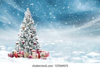 冷たい冬の風景の中のクリスマスツリーで美しい装飾が雪が降った