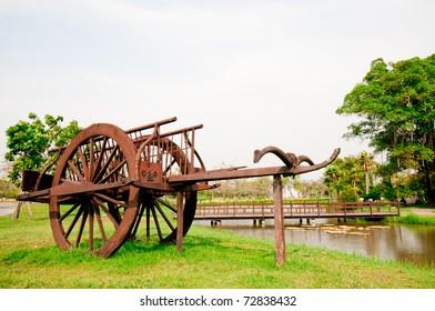 タイ庭園の古代の木造車。