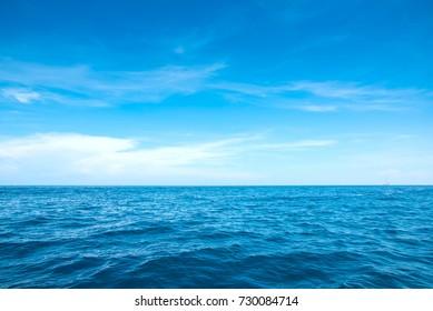 Ruhiges Meer und blauer Himmel Hintergrund.
