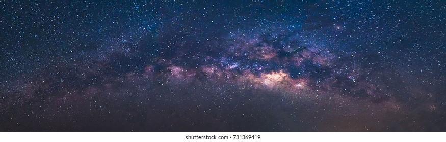 Panoramaansicht Universum Weltraumaufnahme der Milchstraße Galaxie mit Sternen auf einem Nachthimmel Hintergrund. Die Milchstraße ist die Galaxie, die unser Sonnensystem enthält.