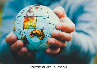 Pequeñas manos sosteniendo el mundo en estilo vintage
