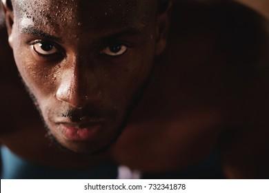 汗をかいて筋肉質な男のポートレートが、ハードワークで一生懸命呼吸を終えたところです。概念:呼吸、トレーニング、ジム、トレーニング、疲労感。
