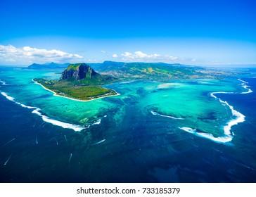 Vista aérea del panorama de la isla Mauricio y la famosa montaña Le Morne Brabant, hermosa laguna azul y cascada submarina
