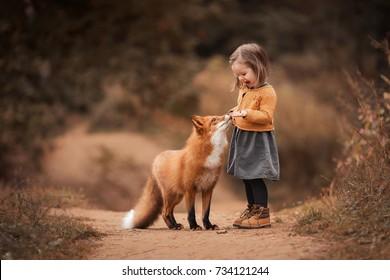 秋の森のキツネと少女