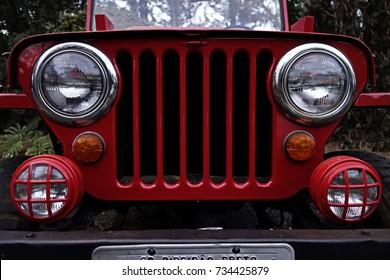 Roter Jeep - antiker Jeep-Kühlergrill und Scheinwerfer - antikes Jeep-Frontfoto