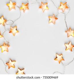 Sternförmiger Weihnachtslichtrahmen. Flache Lage, Draufsicht