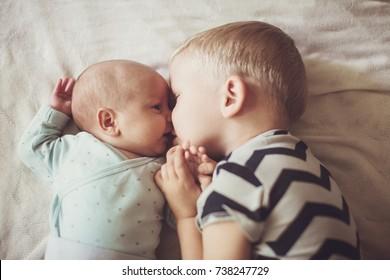 hermano mayor besa hermano menor