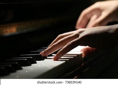 ピアノのクローズアップショットを再生する