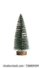 Geïsoleerde volledige kunstmatige kerstboom op een witte achtergrond. Minimale stillevenfotografie