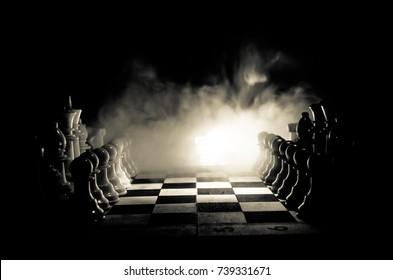 Schachbrettspiel-Konzept von Geschäftsideen und Wettbewerbs- und Strategieideen-Konzept. Schachfiguren auf einem dunklen Hintergrund mit Rauch und Nebel. Selektiver Fokus