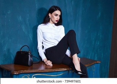 Sexy hermosa mujer morena oscuro cabello usar ropa pantalones chaqueta tendencia accesorio maquillaje perfecto cuerpo modelo moda oficina estilo empresaria natural belleza casual seda textura elegante diseño formal.