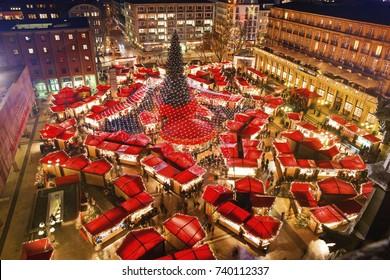 Kölner Dom Weihnachtsmarkt. Bekanntester Weihnachtsmarkt im Herzen von Köln in der Nähe des Kölner Doms. Blick von der Spitze des Kölner Doms.