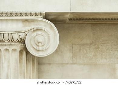 Detalle decorativo de una antigua columna jónica. de cerca.