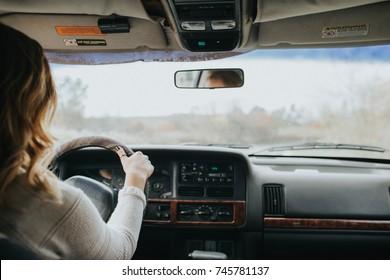 Mädchen in einem Jeep